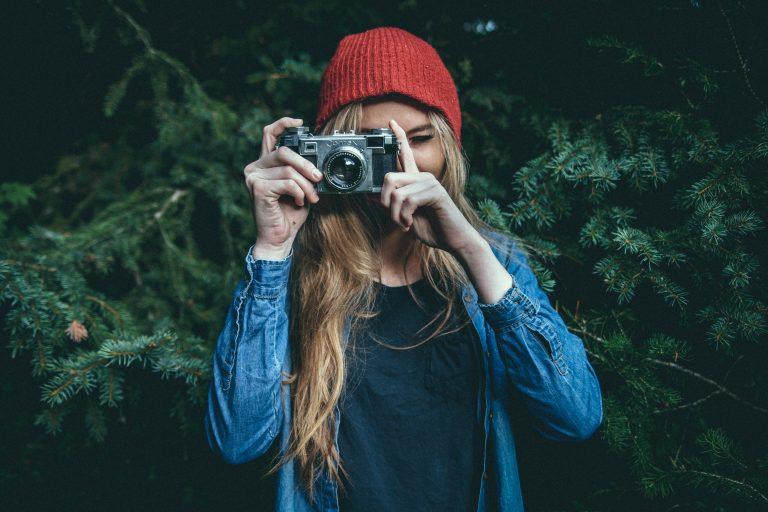 写真: 写真を撮る女性